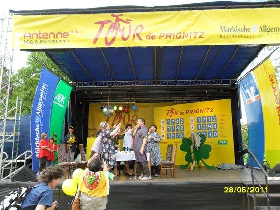 Aber-bitte-mit-Sahne-auf-der-Tourbuehne-mit-Buergermeister-Holger-Kippenhahn-Tour-de-Prignitz-2011