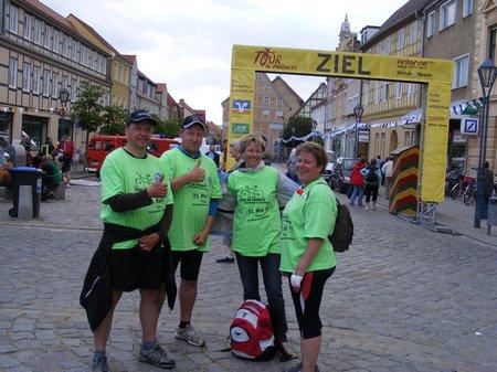 Buergermeister-Holger-Kippenhahn-Heiligengrabe-mit-gefolge-auf-Marktplatz-Kyritz-Tourparty-5-Etappe-Tour-de-Prignitz-2011