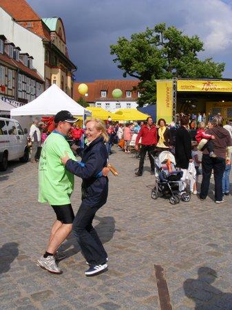 Buergermeister-Holger-Kippenhahn-Heiligengrabe-wagt-ein-Taenzchen-auf-dem-Marktplatz-Kyritz-bei-5-Etappenparty-Tour-de-Prignitz-2011