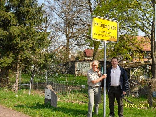Bürgermeister Holger Kippenhahn mit Gustav Adolf Täve Schur am Ortseingangsschild Heiligengrabe beim Pilgern auf dem annenpfad - Gründonnerstag 2011