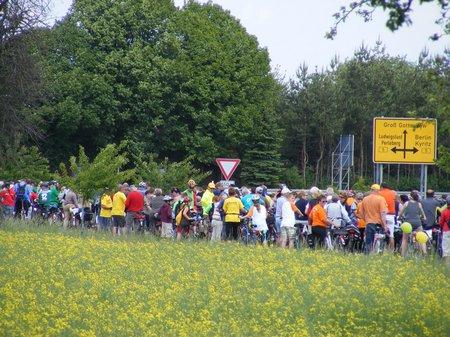 Fahrerfeld-der-Tour-Etappe-von-Heiligengrabe-sammelt-sich-zur-geschlossenen-Einfahrt-in-den-Zielort-Perleberg-TDP-2011
