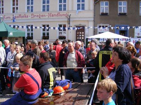 Feuerwehrspiel-Tour-de-Prignitz-2011-Marktplatz-Kyritz-warten-auf-das-Endergebnis