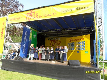 Friedenshort-singt-selbst-getextetes-Lied-auf-Antenne-Tourbuehne-Klostergarten-Heiligengrabe-Tour-de-Prignitz-2011