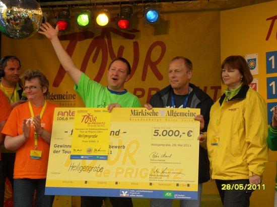 Heiligengraber-Buergermeister-Holger-Kippenhahn-mit-Siegerscheck-unter-Diskokugel-bei-Tour-de-Prignitz-2011