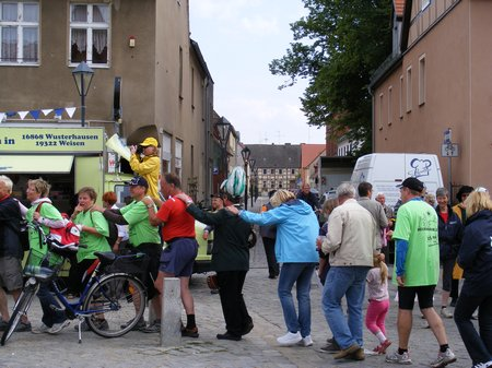Holger-Kippenhahn-Buergermeister-Heiligengrabe-nimmt-an-Tourpolonaise-auf-marktplatz-kyritz-teil-Tour-de-Prignitz-2011