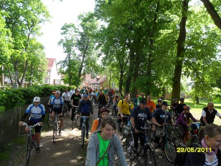 Imposantes-Starterfeld-688-Radler-Kloster-Heiligengrabe-1-Etappe-Tour-de-Prignitz-2011