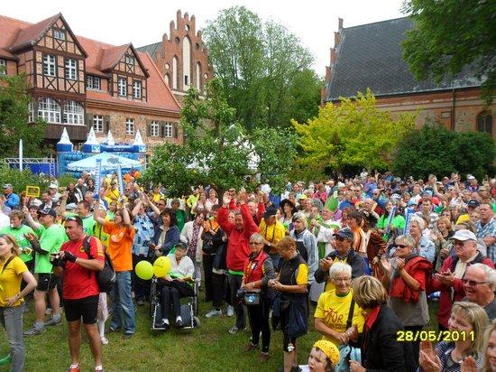 Jubel-und-feierlaune-vor-de-Antennebuehne-im-Klostergarten-Heiligengrabe-Toursieg-Tour-de-Prignitz-2011