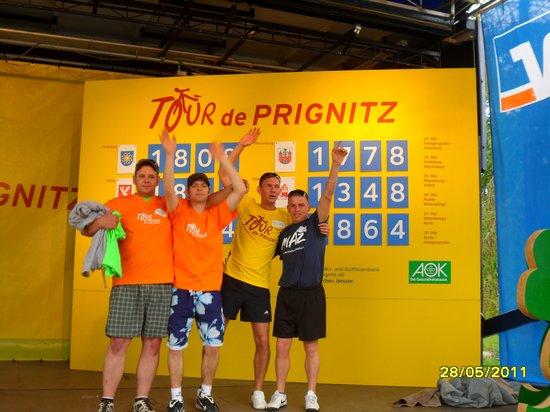 Jungs-von-malermeister-Wendlandt-vor-der-Tour-Punktetafel-mit-Sieger-Heiligengrabe-2011-Tour-de-Prignitz
