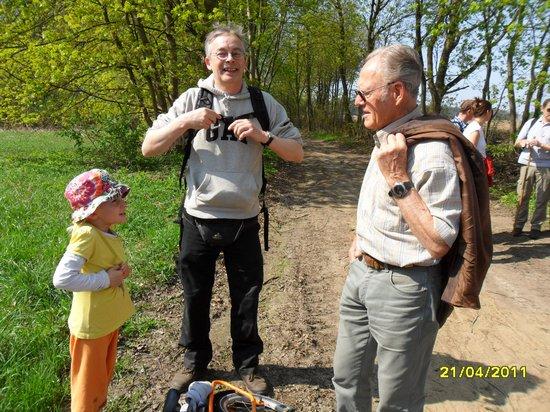 Jung und Alt im Gespräch auf dem Anennpfad - Pilgern am Gründonnerstag 2011
