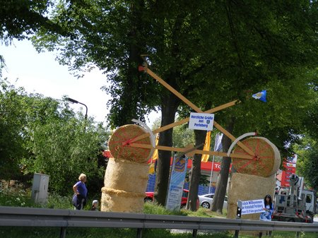 Kilometergirl-vor-grossem-Fahrrad-aus-Stroh-und-Holz-Tour-de-Prignitz-2011-Etappe-1