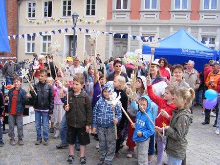 Kinder-bei-Etappenparty-Hansemotto-Marktplatz-Kyritz-Tour-de-Prignitz-2011-5-Etappe