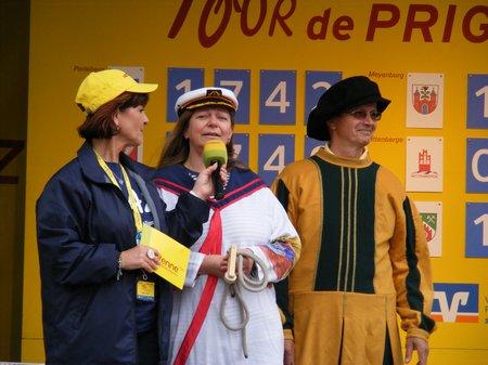 Kyritzer-Buergermeisterin-Nora-Goerke-und-Hansebotschafter-Michaelis-auf-der-Bühne-Tour-de-Prignitz-2011-Kyritz
