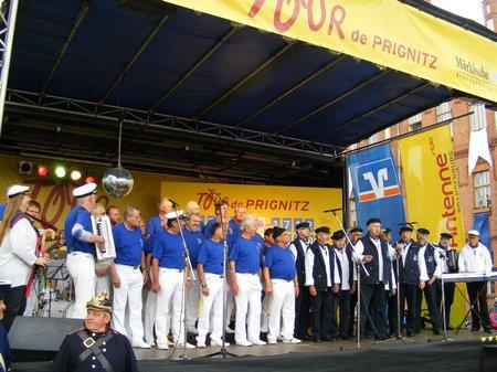 Kyritzer-Shantychoere-Stella-Maris-und-De-Goode-Winds-gemeinsam-auf-der-Antenne-Buene-Marktplatz-Kyritz
