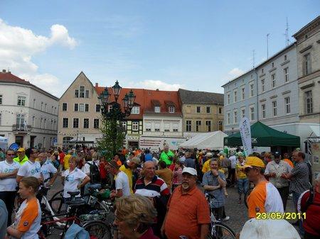 Marktplatz-Rolandstadt-Perleberg-beim-Empfang-der-Tourradler-aus-Heiligengrabe-am-23-Mai-2011-TDP