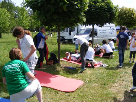 Massagen-am-Pausenort-waehrend-der-ersten-Etappe-TDP-2011-Heiligengrabe-Perleberg