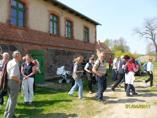Pilgern Annepfad am Gründonnertag 2011 - Aufbruch nach Mittagsrast am Kloster Stift Heiligengrabe