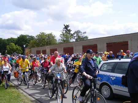 Radlerfeld-Tour-de-Prignitz-sammelt-sich-zur-Weiterfahrt-vom-Kulturstopp-zum-Zielort-auf-der-ersten-Etappe-Tour-de-Prignitz-2011-von-Heiligengrabe-nach-Perleberg