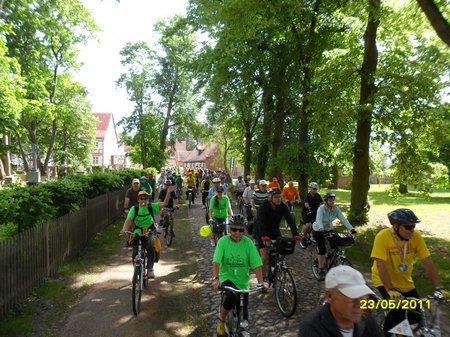 Starterfeld-nach-Tourstart-2011-in-Heiligengrabe-Etappe-1-Tour-de-Prignitz-2011
