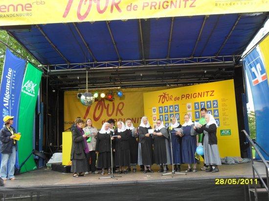 Stiftsdamen-singen-auf-der-Antenne-Tourbuehne-im-Klostergarte-heiligengrabe-Tour-de-PRignitz-2011