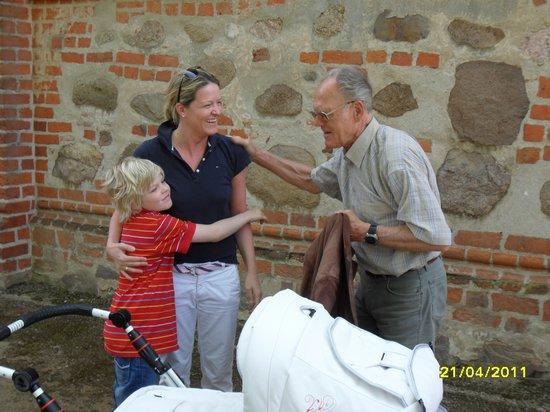Täve Schur trifft Verwandschaft aus Pritzwalk am Kloster Heiligengrabe beim Pilgern auf dem annenpad - Gründonnerstag 2011
