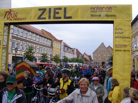 TDP-2011-5-Etappe-Zieleinfahrt-Marktplatz-Kyritz-an-der-Knatter