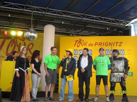 Tour-de-Prignitz-2011-Minister-Baaske-mit-Bürgermeistern-Fred-Fischer-und-Holger-Kippenhahn-auf-der-Antenne-Tourbuehne-Marktplatz-Perleberg