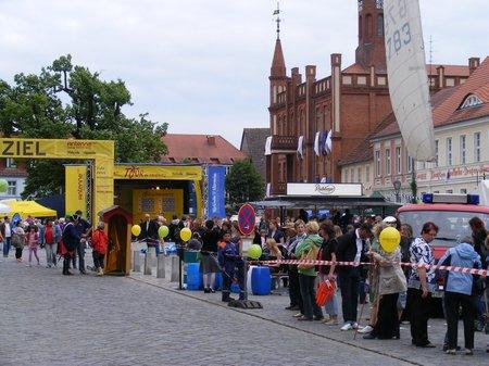 Tour-de-Prignitz-5-Etappe-2011-Marktplatz-Kyritz-vor-Zieleinfahrt