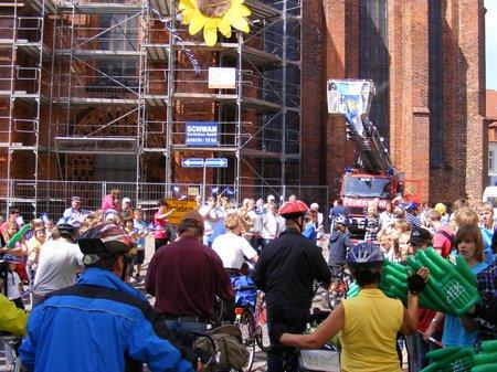 Tour-de-Prignitz-Einfahrt-auf-Perleberger-Marktplatz-bei-1-Etappe-vom-Vorjahressieger-Heiligengrabe-kommend-am-23052011