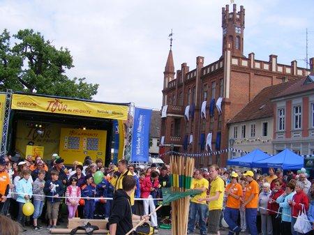 Tour-de-Prignitz-Marktplatz-Kyritz-Riesemikado-Staedtespiel-gegen-Wittenberge