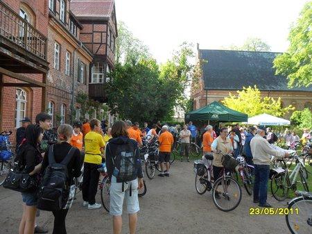 Tour-Radler-vor-der-1-Etappe-am-Klosterstift-Heiligengrabe-23052011-Tour-de-Prignitz-2011