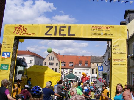 Ziel-der-1-Etappe-Heiligengrabe-Perleberg-bei-Tour-de-Prignitz-2011
