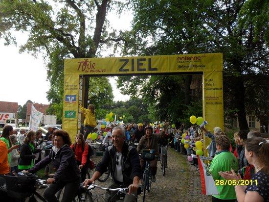 Zieleinfahrt-der-Kyritzer-am-Kloster-Heiligengrabe-TDP-2011