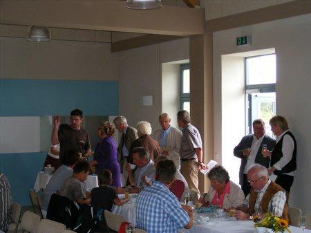 Austausch-bei-Kuchen-Kaffe-Haeppchen-nach-offizieller-Einweihung-Buergerhaus-Blumenthal-Heiligengrabe