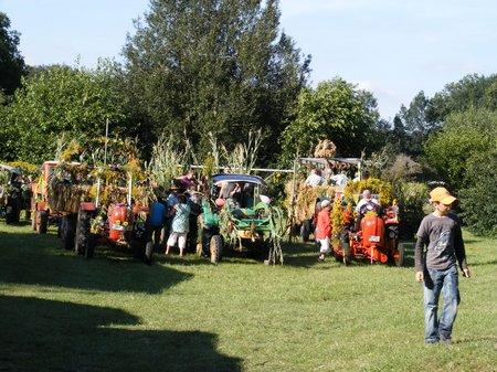 Erntefest-Maulbeerwalde-2011-Traktoren-und-Haenger-nach-dem-Festumzug