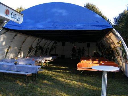Ruhe-vor-dem-Sturm-im-Festzelt-beim-Sommerfest-Rosenwinkel-2011