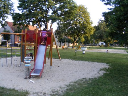 Strassenfest-Koenigsberg-August-2011-Kinder-spielen-auf-dem-Dorfspielplatz