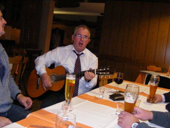 Fahrenbacher-Gemeindevertreter-stimmen-mit-ein-in-Gesang-mit-Gitarrenbegleitung