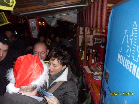 Impressionen-Fotos-Bilder-vom-18-Fahrenbacher-Weihnachtsmarkt-2011-lustige-Truppe-am-Stand