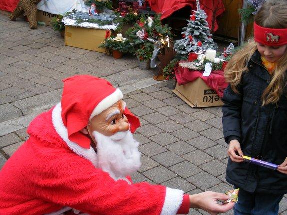 Impressionen-Fotos-Bilder-vom-18-Fahrenbacher-Weihnachtsmarkt-2011-Nikolaus-weihnachtsmann-mit-kleinen-Geschenken