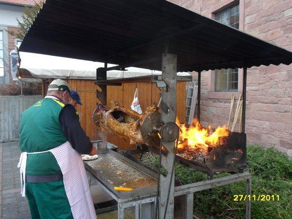 Impressionen-Fotos-Bilder-vom-18-Fahrenbacher-Weihnachtsmarkt-2011-Spanferkel