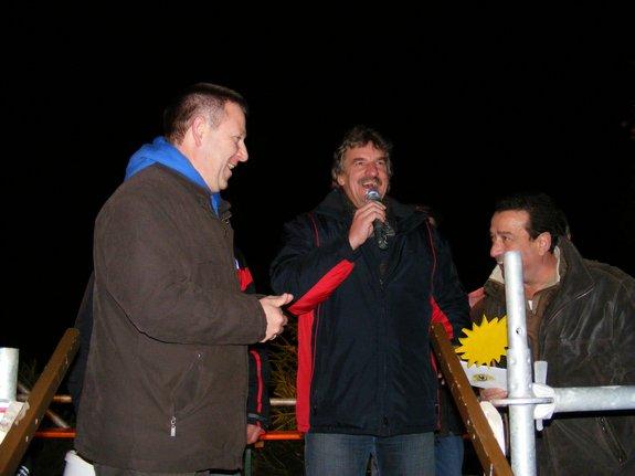 Impressionen-Fotos-Bilder-vom-18-Fahrenbacher-Weihnachtsmarkt-2011-Tombola-uebergabe-Gutschein-Guten-Morgen