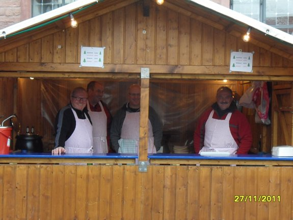 Impressionen-Fotos-Bilder-vom-18-Fahrenbacher-Weihnachtsmarkt-2011-Verpflegungsstand-Essen