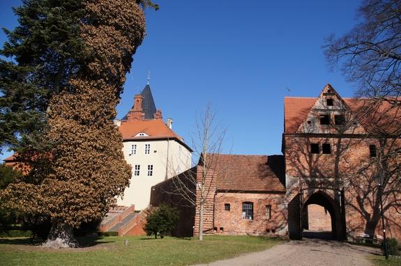 Sternfahrt-die-Prignitz-radelt-an-2012-Ziel-Plattenburg-Tor-zum-Innenhof