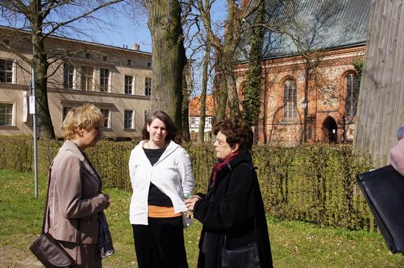 Brandenburgs-Bildungsministerin-Martina-Muench-mit Aebtissin-Dr-Rupprecht-vor-Klosterstift-Heiligengrabe