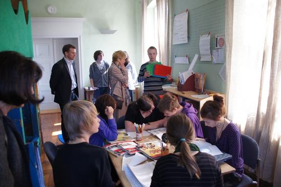 Gruppenarbeit-Lernen-in-evangelischer-Gemeinschaftsschule-Heiligengrabe-Erklaerungen-fuer-Bildungsministerin-land-Brandenburg