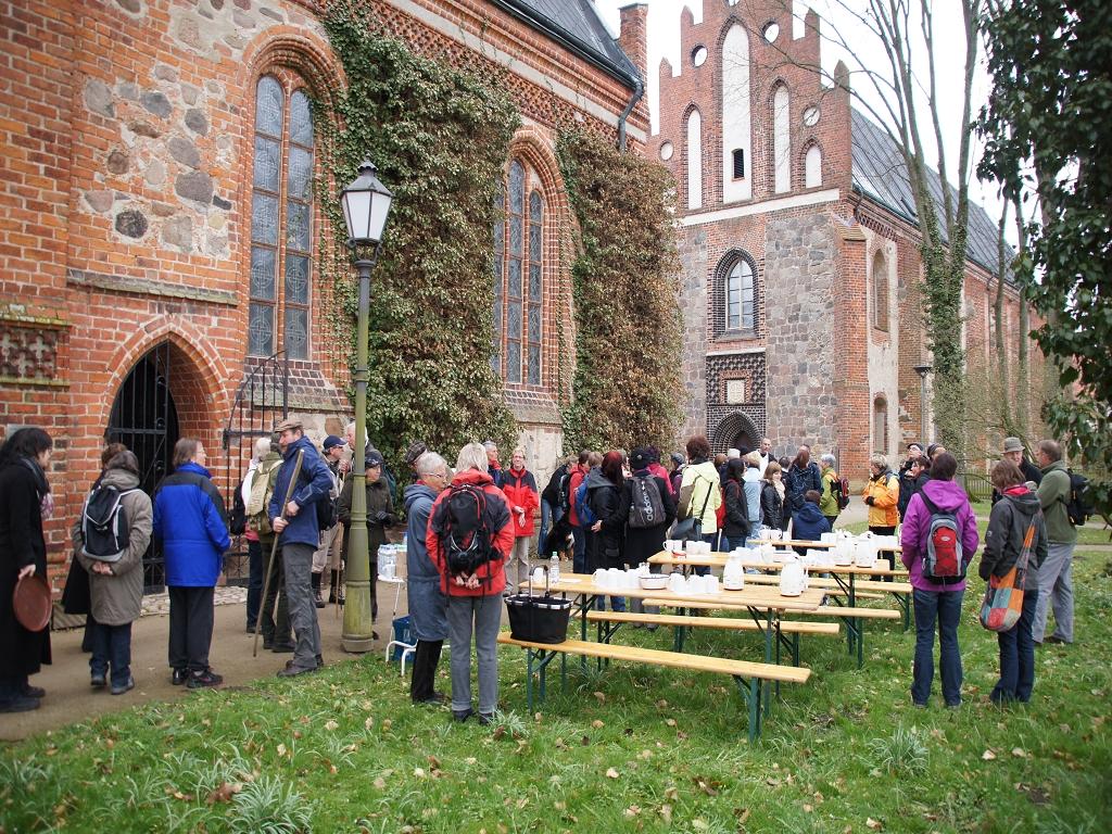Annenpfad-Pilgern-Gruendonnerstag-2012-Start-in-Heiligengrabe-vor-Heiliggrabkapelle