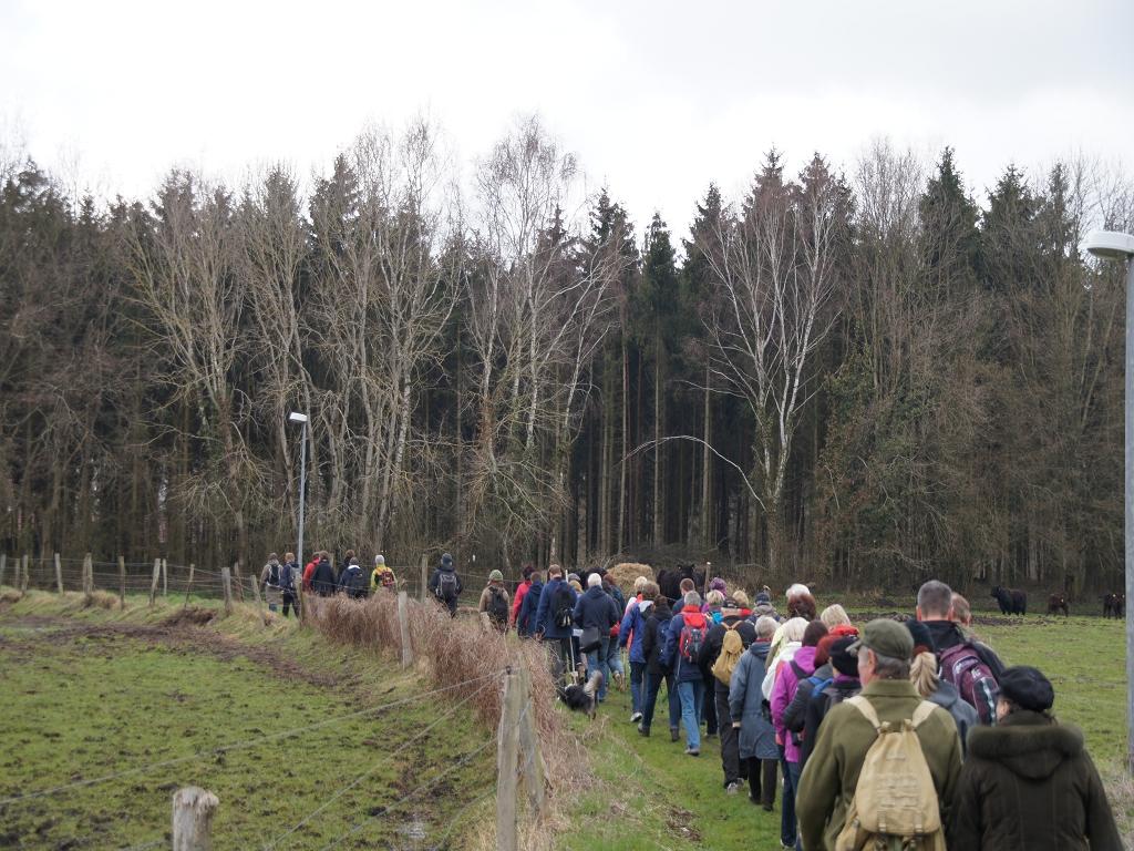 Annenpfad-Pilger-auf-dem-Weg-zwischen-Kloster-Heiligengrabe-und-Boelzker-Kirche
