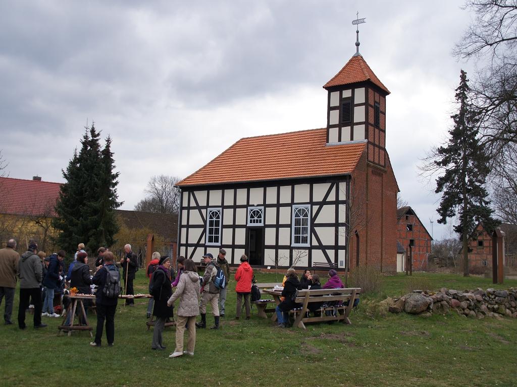 Annenpfad-Piler-machen-Mittagsrast-an-Boelzker-Kirche