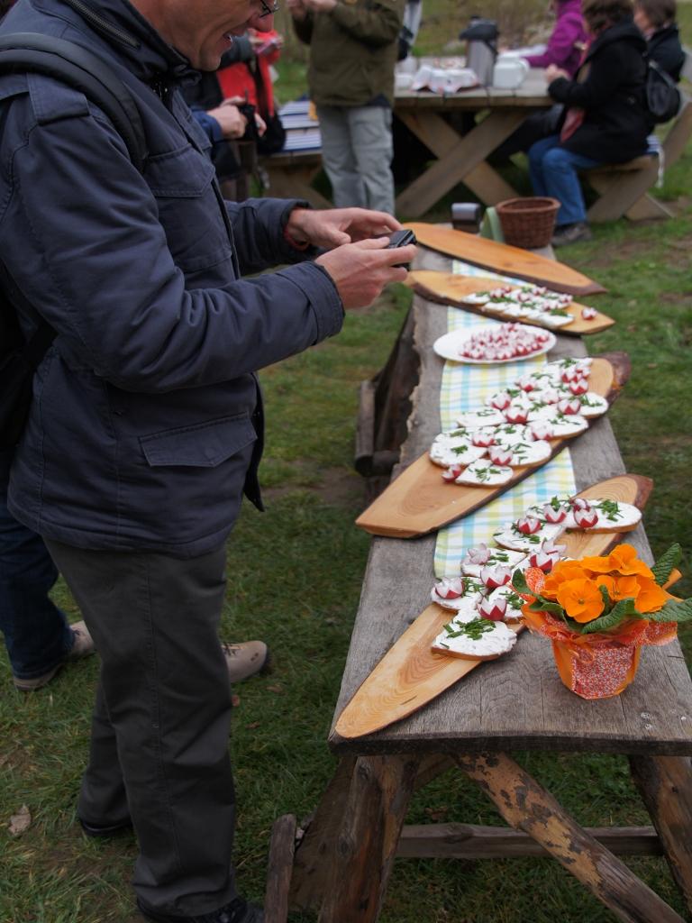 Mittagsrast-mit-Quarkstullen-und-Radischen-an-Kirchge-Boelzke-Annenpfad-Pilgern-Gruendonnerstag-2012