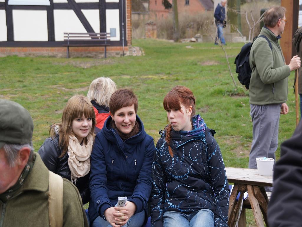 Junge-Pilgerinnen-auf-dem-Annenpfad-bei-der-Mittagsrast-in-Boelzke